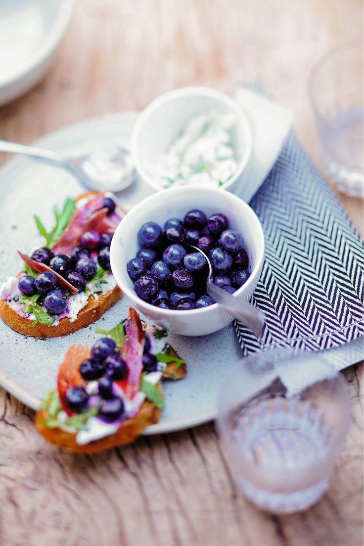 Recette de Tartine de fromage frais, blueberries, miel et jambon cru : un apéritif sucré salé savoureux et équilibré qui plaira à toute la famille.