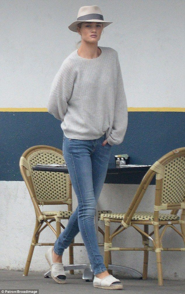 Always stunning: The model appeared chic while showing off her lean legs in skinny jeans