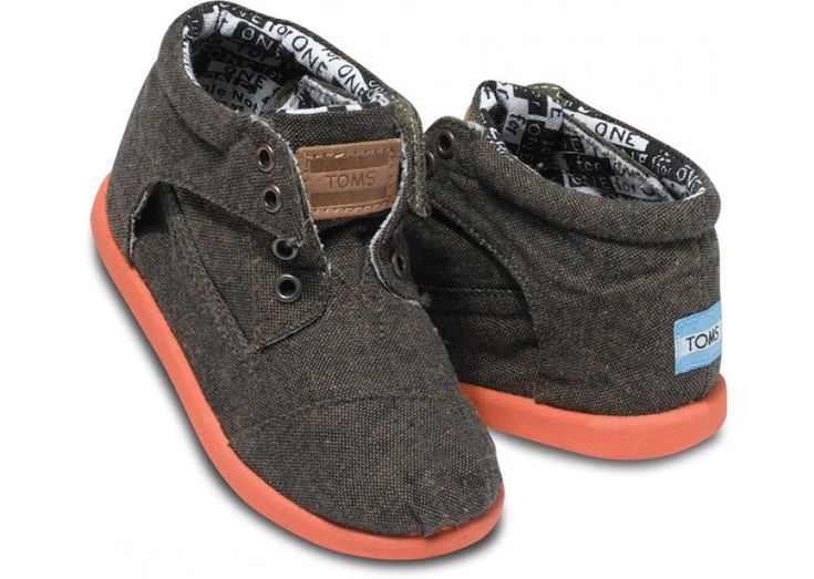 Seriously!  Ford would look SOOO cute in these!  Wish I know how big his feet would be next fall.  Burnt Chambray Tiny TOMS Botas | TOMS.com