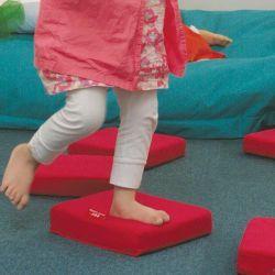 Ce parcours propose différentes densités de mousse: l'enfant ajuste sans cesse sa posture pour garder son équilibre.