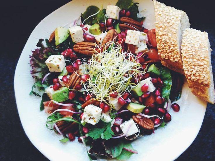 Salade met avocado, tomaat, feta, kiemgroenten, granaatappelpitjes en pecannoten