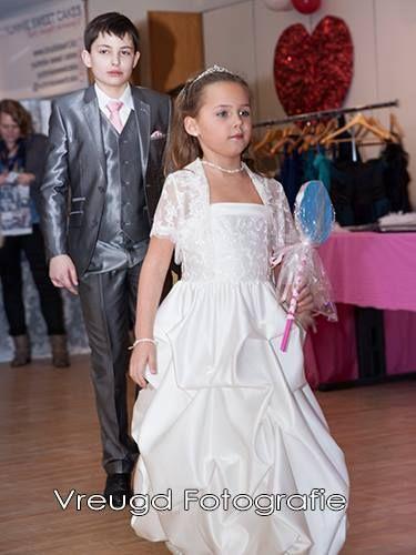 Foto van een bruidsmeisje en bruidsjonker op de bruidsmodeshow in Apeldoorn. Bruidsmeisje, bruidskinderen,bruidsjonker, kinderkostuum, trouwen, bruiloft, huwelijk, communie. bruidskindermode.nl
