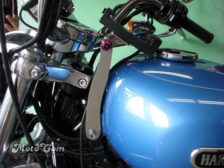 [2/5]  XL1200Lへユピテル製のバイクナビ用マウントステーを製作しました。◆ハンドル側に固定していませんので向きが変わりません。◆クイックレバーを緩めて角度調整もできます。