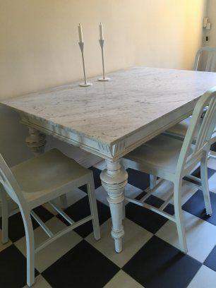 Säljer vårt köksbord som är 92x133 cm och 77 cm högt. Fasad kant runtom på båda sidor.  Underredet i trä är antikt och marmorskivan i Carraramarmor ligger ...
