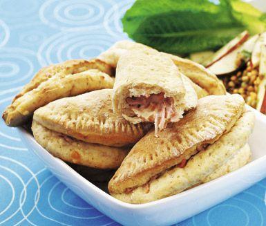 Piroger fyllda med köttfärs är underbart gott. De små degknytena fyller du med den förträffliga köttfärsfyllningen som innehåller både morötter och sweet chilisås.