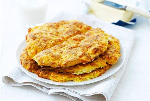 Teeleivät ovat oiva valinta, kun haluat valmistaa nopeasti jotain lämmintä leivonnaista väli- tai iltapalalle. Ihana tuoksu leviää keittiöön! Sipaise teeleivän päälle nokare voita tai hiukan marmeladia. http://www.valio.fi/reseptit/teeleivat/