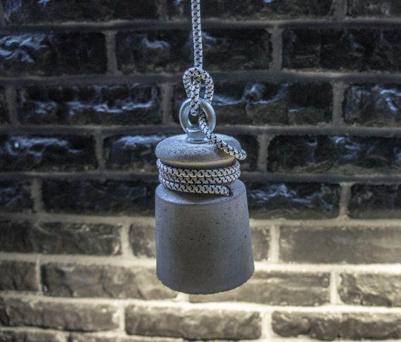 Lámpara colgante de hormigón se proyecta desde un gris hormigón. Esta lámpara se ven muy bien en el bar o en la mesita de noche en el dormitorio. Tamaño, peso: 18 x 10 x 10 cm, 1,2 kg  Materiales utilizados: Hormigón, montaje de bronce E27, cable de 2,5 m; Bombilla: Bombillas de E27 (no incluidas)  Producción: Proceso de colado de concreto a mano