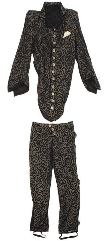 Le site américain Gotta Have Rock & Roll vendra le 7 décembre prochain une tenue de Prince portée notamment par le musicien pendant le tournage de Under The Cherry Moon en 1985. La mise à prix est fixée à $4000. Une boucle d'oreille du Lovesexy tour ($100) et un tambourin ($100) ...