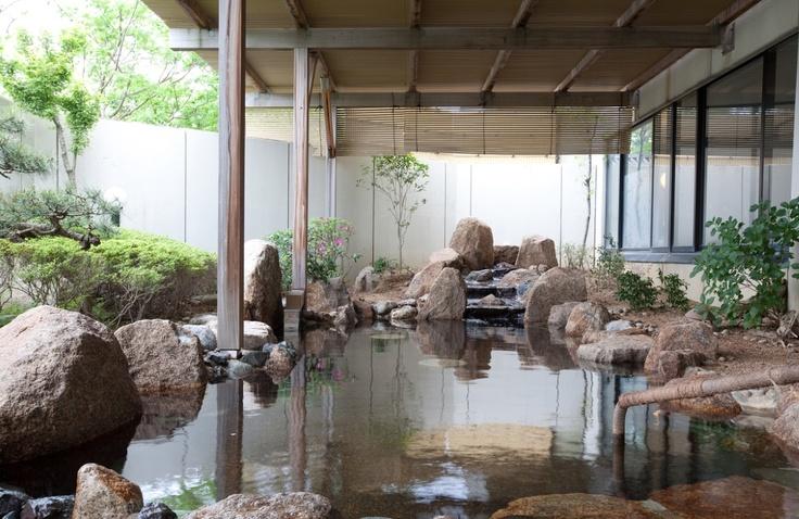 露天岩風呂(宮津の湯らゆら温泉・女性)は保温効果の高い美肌の湯。泉質は塩化物泉。