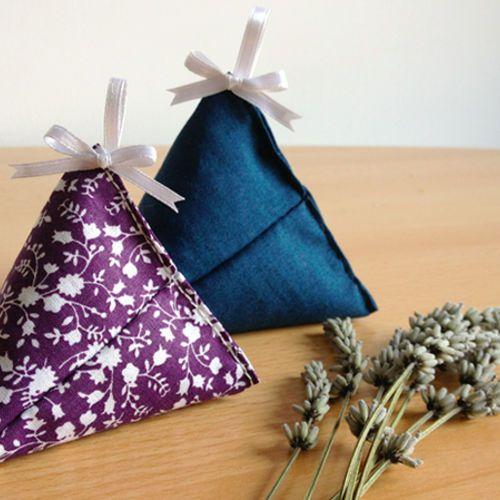 Voici un tuto pour coudre des petits berlingots de tissu afin d'accueillir de la lavande séchée et parfumer vos vêtements !