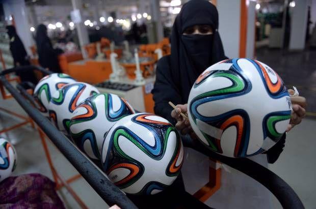 Wanita Pakistan Pembuat Bola Piala Dunia 2014