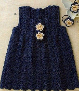 Вязание платья для девочки крючком  Платье-сарафан без рукавов для маленькой девочки, связанный крючком. Платье связано из пряжи темно-синего цвета. Платье имеет фасон, расширяющийся начиная от линии груди. Темно синее платье украшено, также связанными крючком цветами контрастного желтого и белого цветов. Такими же цветами вы можете украсить резинку для волос вашей юной модницы, или сделать браслет с цветами. Длина и ширина каждого цветка составляет 3-3,5 сантиметра. Далее - как связать…
