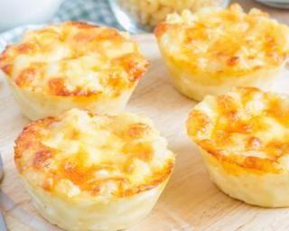 Muffins légers pâtes et fromage pour utiliser les restes : http://www.fourchette-et-bikini.fr/recettes/recettes-minceur/muffins-legers-pates-et-fromage-pour-utiliser-les-restes.html