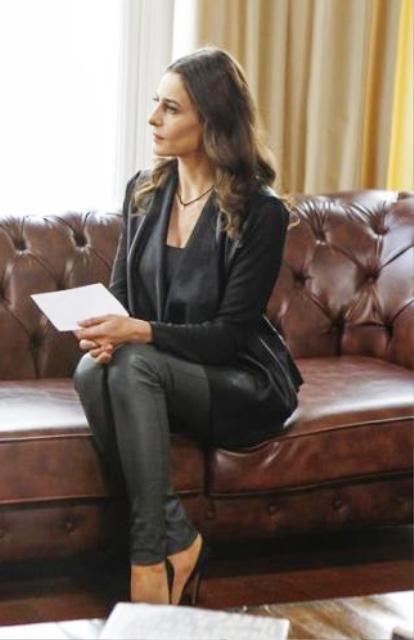 Paramparça 41.bölüm kıyafetleri Dilara gri pantolon,siyah ceket ve siyah bluz kombini