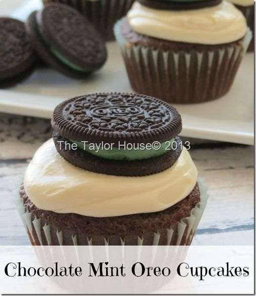 MAGDALENAS DE CHOCOLATE CORONADAS CON CREMA Y GALLETA OREO DE MENTA. http://www.thetaylor-house.com/chocolate-mint-oreo-cupcake-recipe/   Chocolate Mint Oreo Cupcake Recipe - The Taylor House