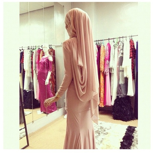 The dress's too tight. But the headscarf flows well, the color's right too ;)