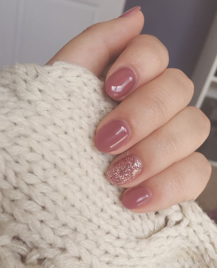 Ongles en gel mauve avec clou accent scintillant   – nails