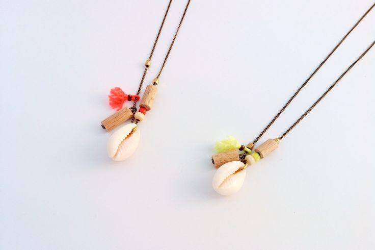 Collier ou sautoir fine chaine laiton ton bronze, coquillage et perles de bois taillés à l'atelier.Collier: 52 cmSautoir: 85 cm 2 coloris disponible:* Jaune fluo* Orange fluo