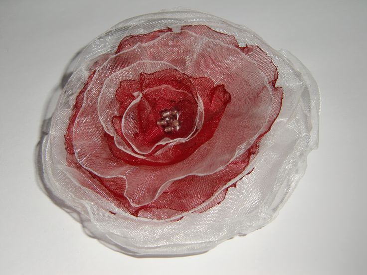 Rot-weiss Organza Blume
