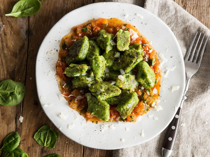 Es grünt so grün: Spinat-Gnocchi auf fruchtigem Tomatenbett