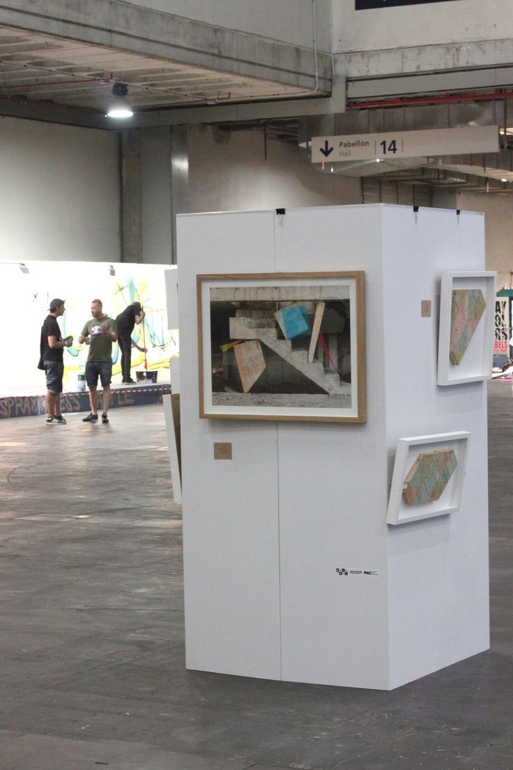 Tótem cubo para exposición de cuadros arte. Cartón color blanco, estructura autoportante, fácil montaje y transporte, resistente, 100% reciclable. #cardboard #cartón #cubo #totem #arte #evento #mulafest2015