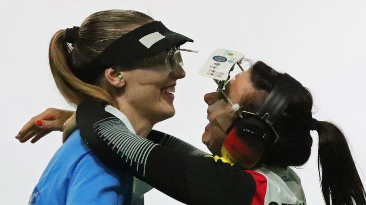 Silber! Karsch verliert Schieß-Drama gegen Korakaki  Monika Karsch (33) hat im Wettkampf mit der Sportpistole die Silbermedaille gewonnen. Die Sportschützin lieferte der Griechin Anna Korakaki (20) einen großen Kampf, holte sogar einen zwischenzeitlichen 0:6-Rückstand auf! Am Ende musste sie sich aber mit 6:8 geschlagen geben. Platz 3 ging an die Schweizerin Heidi Diethelm Gerber (47).