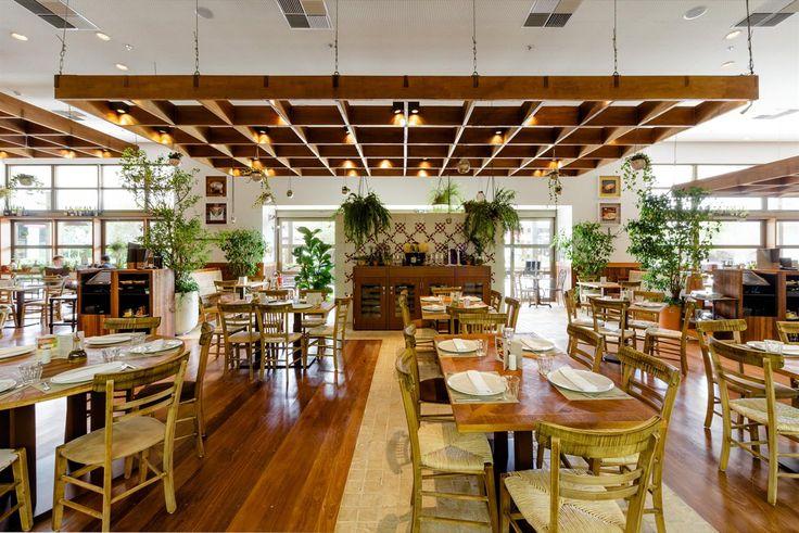 Galeria da Arquitetura   Restaurante Maremonti - O desenvolvimento do projeto de iluminação vai desde as luminárias metálicas inseridas nos pergolados até as luminárias no forro mais alto, direcionadas para as paredes, para destacar quadros e objetos de decoração