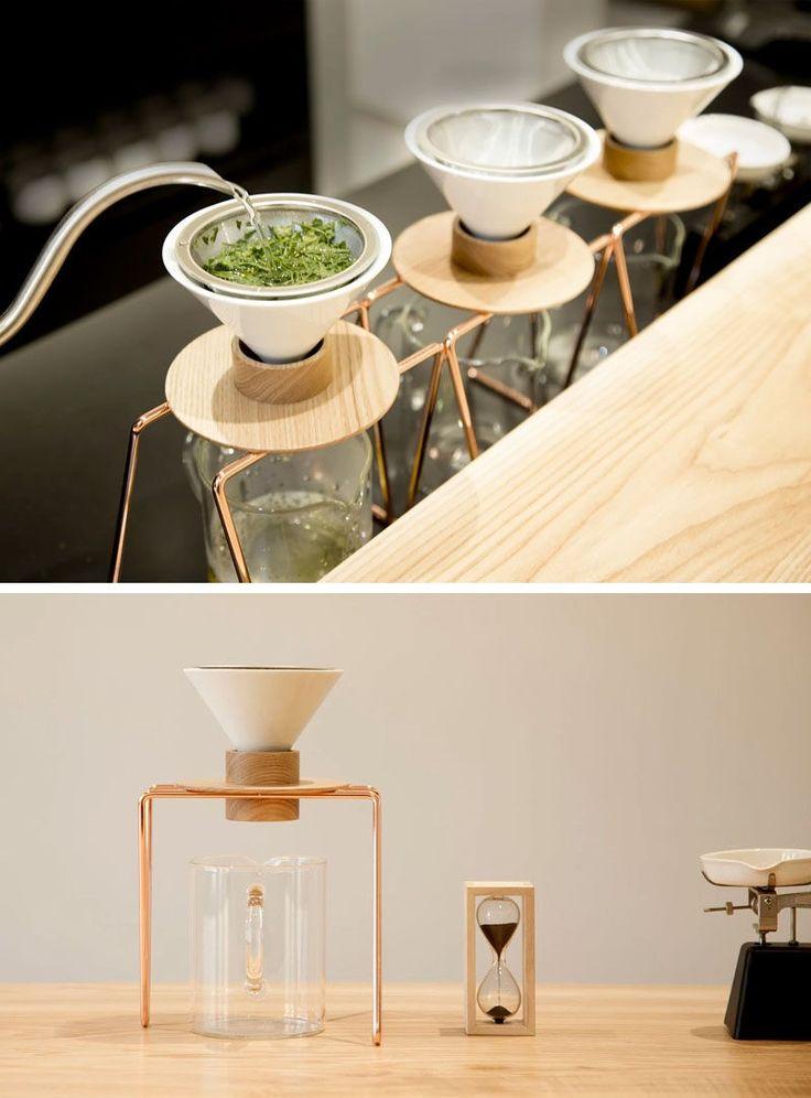Hergestellt aus einer Kupfer Basis, eine keramische Tropfer und eine hölzerne Halterung, wurden die einfache Tee-Macher konzipiert, die perfekte Tasse grüner Tee zu brauen, jedes Mal, wenn dadurch, dass die Teeblätter im Wasser für genau die richtige Menge an Zeit zu sitzen.