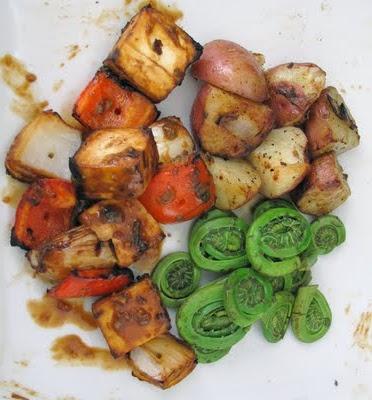 BBQ: Brochettes de tofu, sauce au sésame, pommes de terre et têtes de violon
