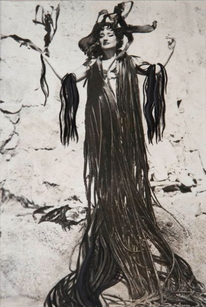Artist Maruja Mallo (1902-1995)in a coat of algae in Chile: Achromat Heart, Female Artists, Maruja Alga, Maruja Mallo, The Artist, Art Photos Illustrations, Fantastic Art, Artists Maruja, Artist