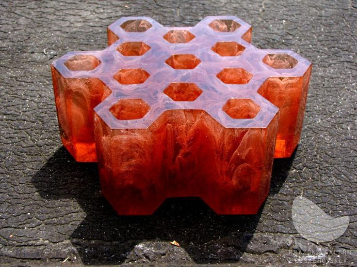 Plástev Mramor, tavená skleněná plastika, ručně broušená a leštěná, váha 5 kg, výška 8 cm, průměr 21 cm, r. 2010