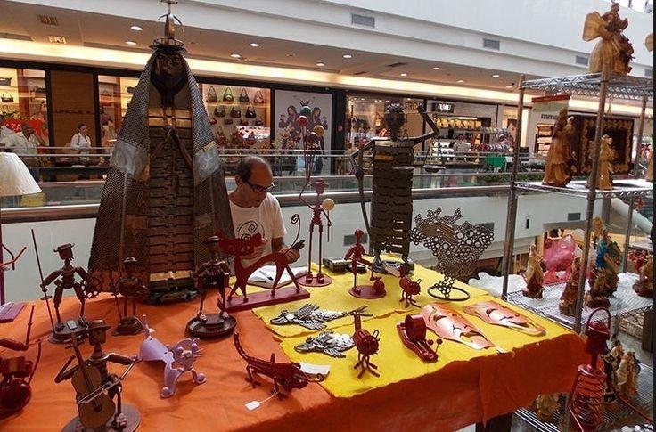 A feirinha e artesanato do Brasília Shopping reúne a cada dois meses artesãos do Distrito Federal. Eles vendem suas peças em bronze, artigos de palha de milho, tecido entre outros    Crédito: Renata Gama - UOL