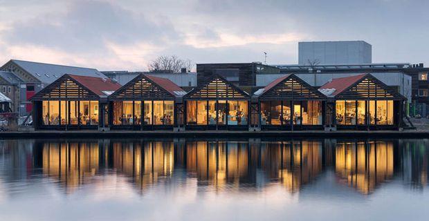 Gli uffici dello studio di architettura 3xn ricavati negli hangar per barche di Copenhagen sono 200 mq galleggianti dove si concentrano tutte le attività.