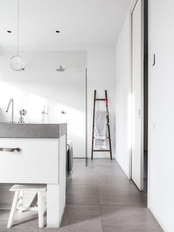 grå betong klinker vit vägg, skinn detaljer♥