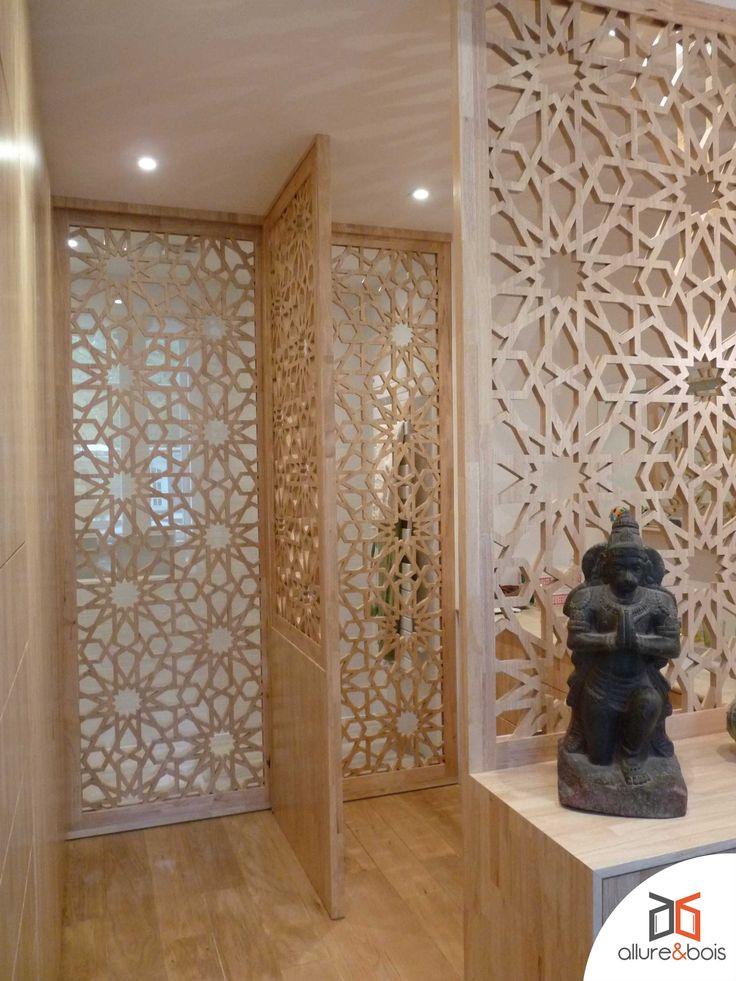 moucharabieh fixe et coulissants en hévéa massif avec le motif 'Orion' dans une grande salle de bain