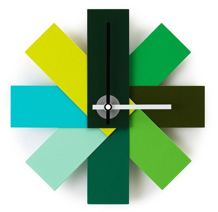 Nástěnné hodiny Watch Me byly inspirovány vzorníky barev používané malíři pokojů, designéry, grafiky i dalšími profesemi. Z vzorníku byl vytvořen vějíř dávající základ minimalistickým hodinám.
