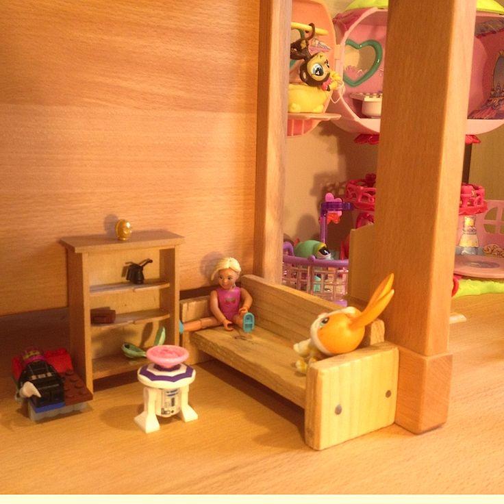 Stolík a stoličky Dorotka ako hrad pre bábiky a Pet-shopy