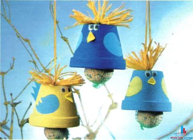 Вот такие замечательные кормушки можно сделать из обычных керамических или пластиковых цветочных горшочков. Еду подвесьте внутри горшочка в сетке. Тросик, за который подвешивается горшок, продевается через отверстие в донышке. Что касается оформления горшка — все зависит от вашей фантазии и подручных материалов. Несмотря на простоту исполнения, такая кормушка вполне удобна для птиц — колокол горшка …