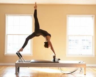 PILATES.  É uma rotina de condicionamento que podem ajudar a construir uma flexibilidade muscular, força e resistência. Ele coloca ênfase na coluna vertebral e pélvica. Alinhamento, respiração e melhora a coordenação e o equilíbrio. Os exercícios podem ser modificados conforme o nível de dificuldade de iniciante a avançado.