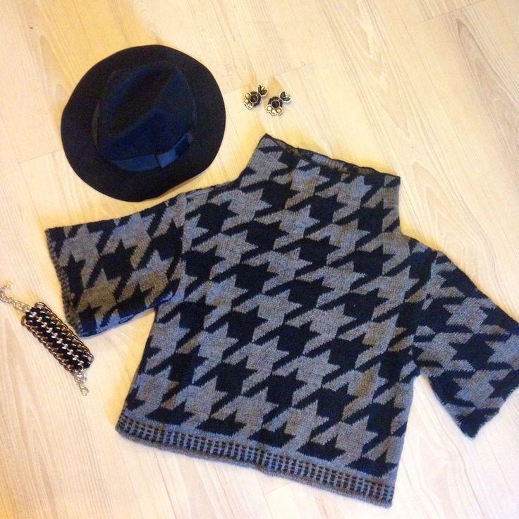 Ponchetto lana pied de poule Cappello nero tipo Borsalino Orecchini mini earcuff fatti a mano Bracciale catena e velluto