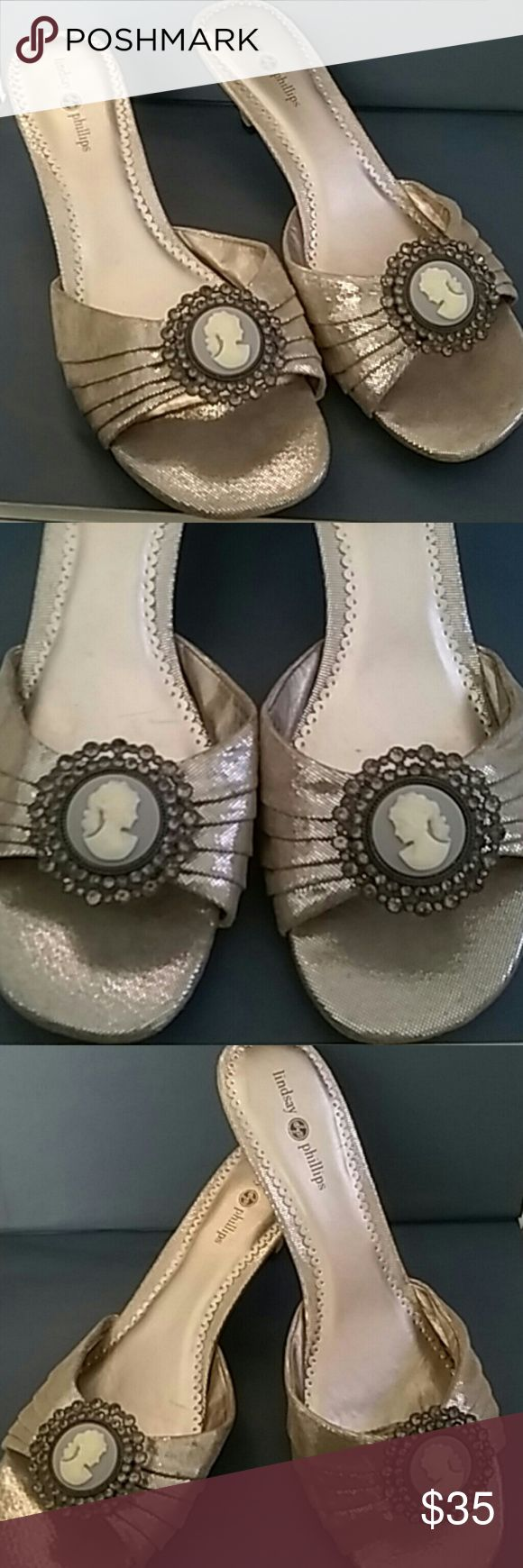 LINDSAY PHILLIPS CHAMPAGNE CAMEO ACCENT SHOES LINDSAY PHILLIPS LOVELY METALLIC CHAMPAGNE KITTEN HEELS WITH DUSTY BLUE CAMEO ACCENTS FRAMED IN JEWELS. SO FEMININE AND ROMANTIC. SIZE 9 Lindsay Phillips Shoes