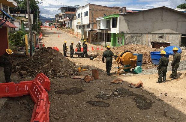 Unidad Nacional de Gestión del Riesgo y Desastres, la Alcaldía de Mocoa y el Ejército, permitirá la pavimentación de 2.8 kilómetros de vías urbanas.