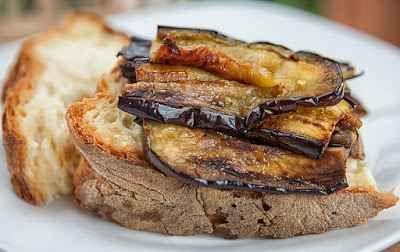Ricetta tradizionale: braciole particolari INGREDIENTI:  una sella e mezzo di coniglio - carotine tornite 60 gr zucchine novelle 60 gr fagiolini 60 gr piselli sbollentati 60 gr panna fresca 50 gr farina 20 gr uno scalogno - un tuorl #ricetta #dolce #castagne #cucina