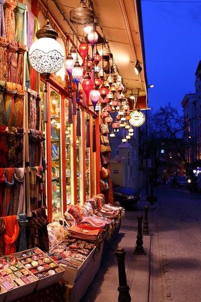In den Straßen Istanbuls bei Nacht am 13. März 2013