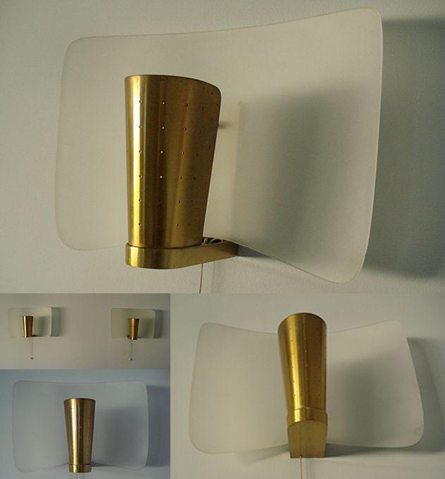 Pierre DISDEROT Paire d'appliques en métal doré perforé et déflecteur cintré en verre sablé - 1955.