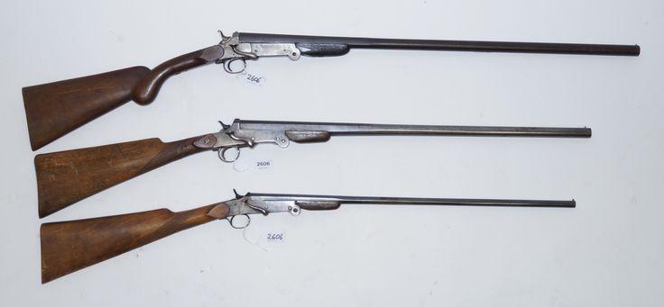 Drie diverse onklaar gemaakte jachtgeweren, 2 x hagel en een kogelgeweer, vroege 20e eeuw