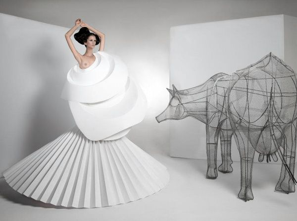 Interview to Colombian artist Diana Gamboa.  Diana has been able to reinterpret Origami, a traditional Japanese art (the art of folding paper sheets), applying it to fashion.  www.glamjam.co