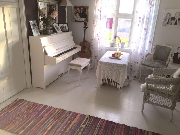 White floor , white piano , hvitt piano , hvitt gulv malte gulv , kurvstol , lilla vegg, aubergine wall window rokokko stol , chair