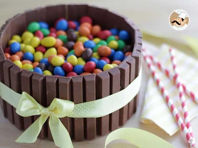 Una torta al cioccolato guarnita con golosissimi KitKat. Perfetta per un compleanno speciale! P.s. Per aiutarvi nella preparazione abbiamo creato un video che vi spiega passo passo i vari passaggi. - Ricetta Dessert : Torta kitkat ed m