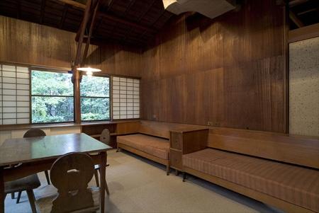 群馬県 高崎のモダニズム住宅 旧井上房一郎邸 寝室。レーモンド邸では、ソファのようなベットにご夫婦が中央に頭を向けて寝たと言う。